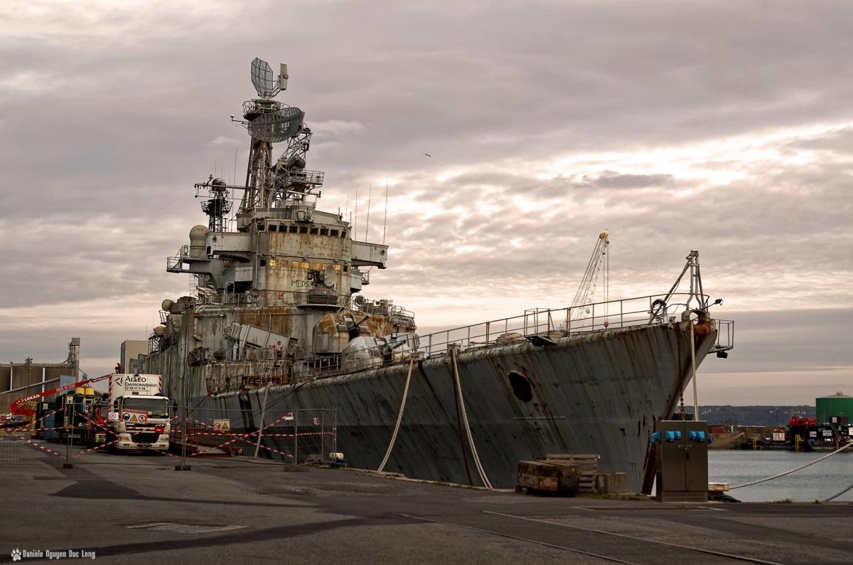le Colbert au port de commerce à Brest de jour, le Colbert, Le croiseur lance-missiles C611 Colbert, Brest, Bretagne, Finistère