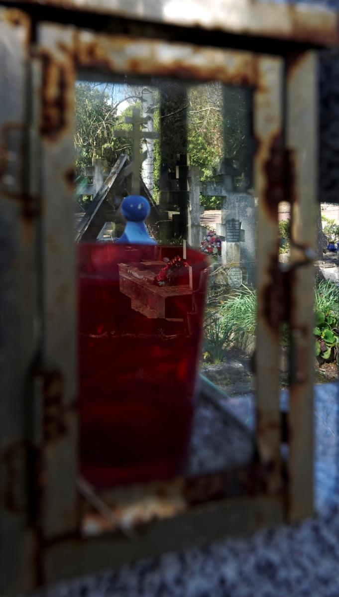 cimetière russe Ste-Geneviève-des-Bois à travers la lanterne