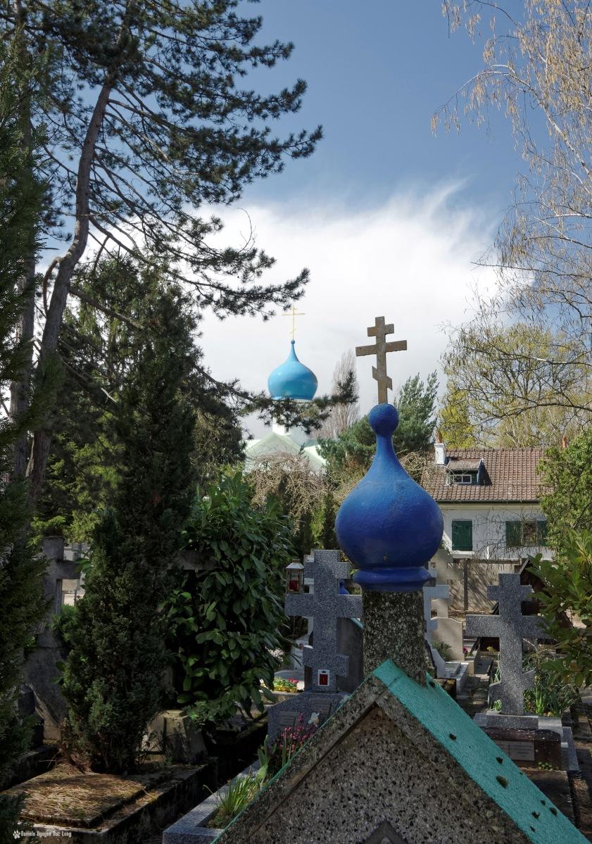 cimetière russe Ste-Geneviève-des-Bois dôme bleu sur tombe et dôme église ND d' l'Asomption en second plan