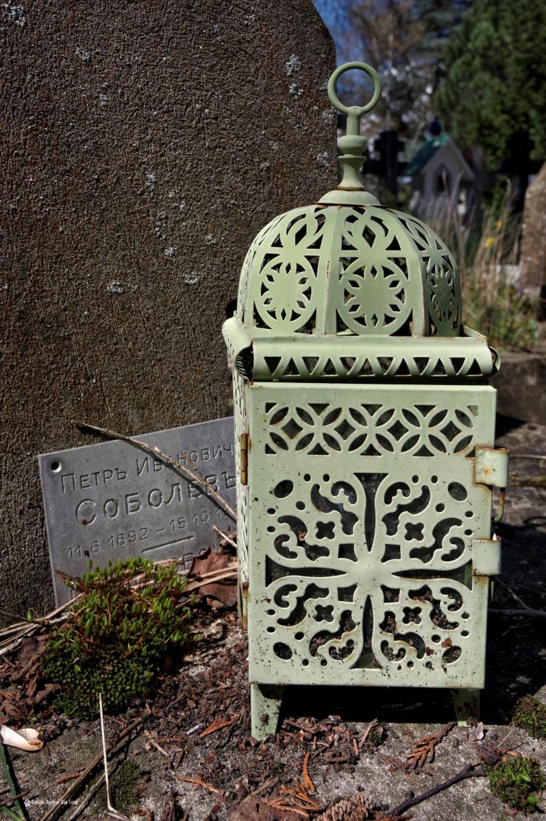 cimetière russe Ste-Geneviève-des-Bois lanterne fer sur tombe