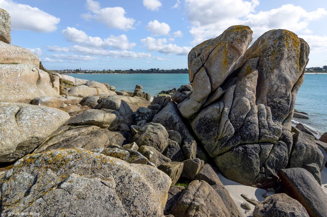 rocher Poulfeunteun vue sur le bourg de Guissény , baie, plage, bourg Guissény, baie de Guissény, mer, rocher, bretagne, finistère