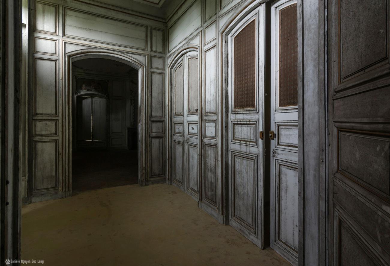 couloir porte vitrée mosaïique entre 2 salons, urbex, exploration urbaine, château des trois anges, château des 3 anges