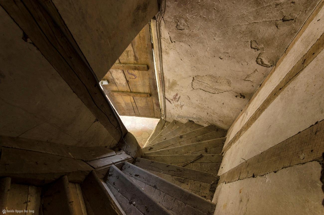 escalier du grenier du château des 3 anges copie