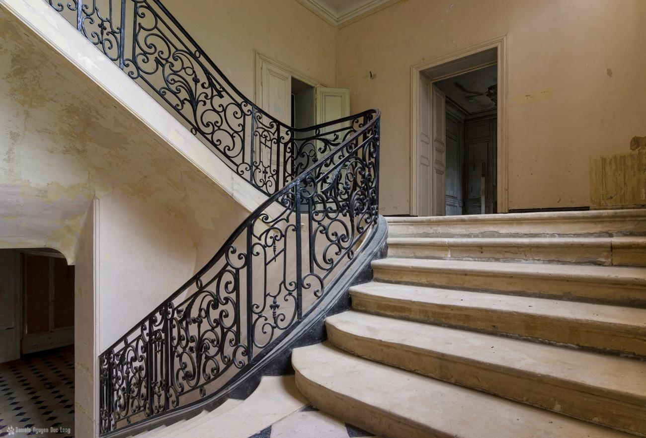 escalier palier 1er château des 3 anges, urbex, exploration urbaine, château des 3 anges