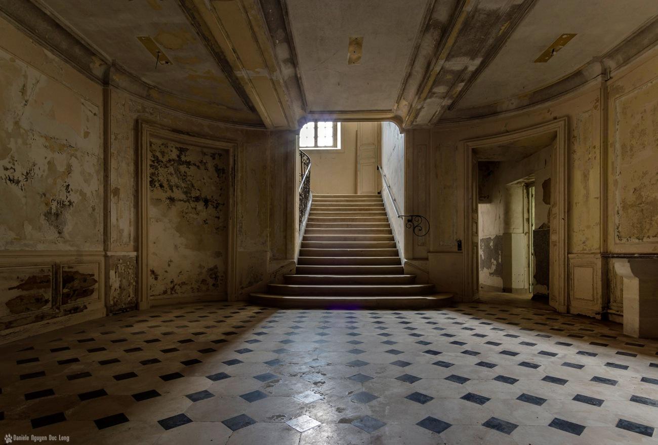 escalier principal rdc château des 3 anges, urbex, château des 3 anges, exploration urbaine