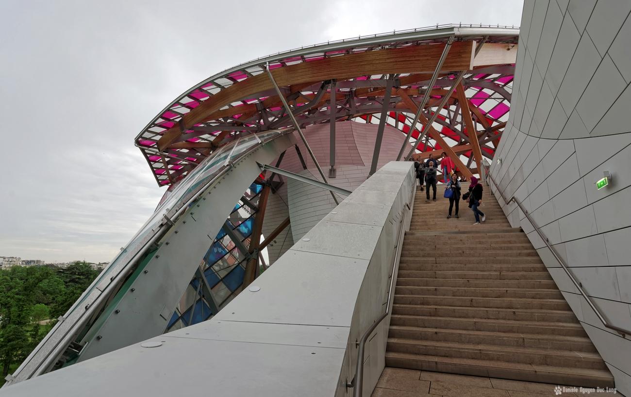 escalier vers terrasse voiles Fondation Louis Vuitton, voiles colorées , Fondation Louis Vuitton, structure et voiles colorées fondation Louis Vuitton, expo temporaire L'Observatoire de la Lumière, Daniel Buren