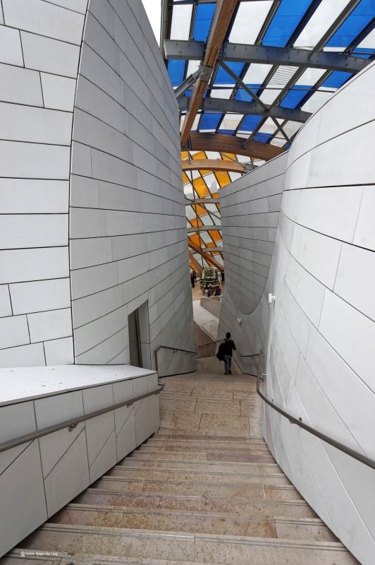 escalier voile bleue Fondation Louis Vuitton - Daniel Buren, voiles colorées , Fondation Louis Vuitton, structure et voiles colorées fondation Louis Vuitton, expo temporaire L'Observatoire de la Lumière, Daniel Buren