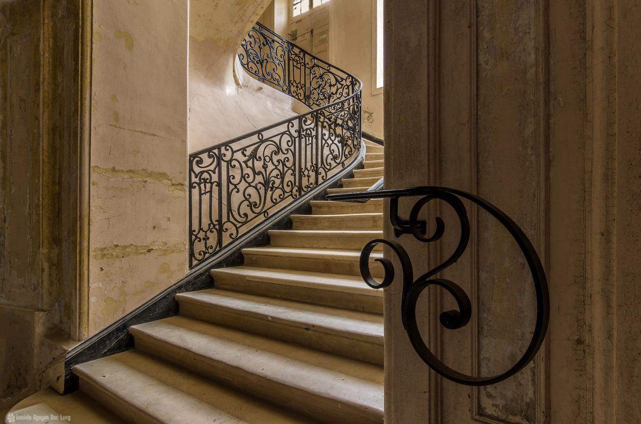 escalier main courante du château des 3 anges, urbex, château des 3 anges, exploration urbaine