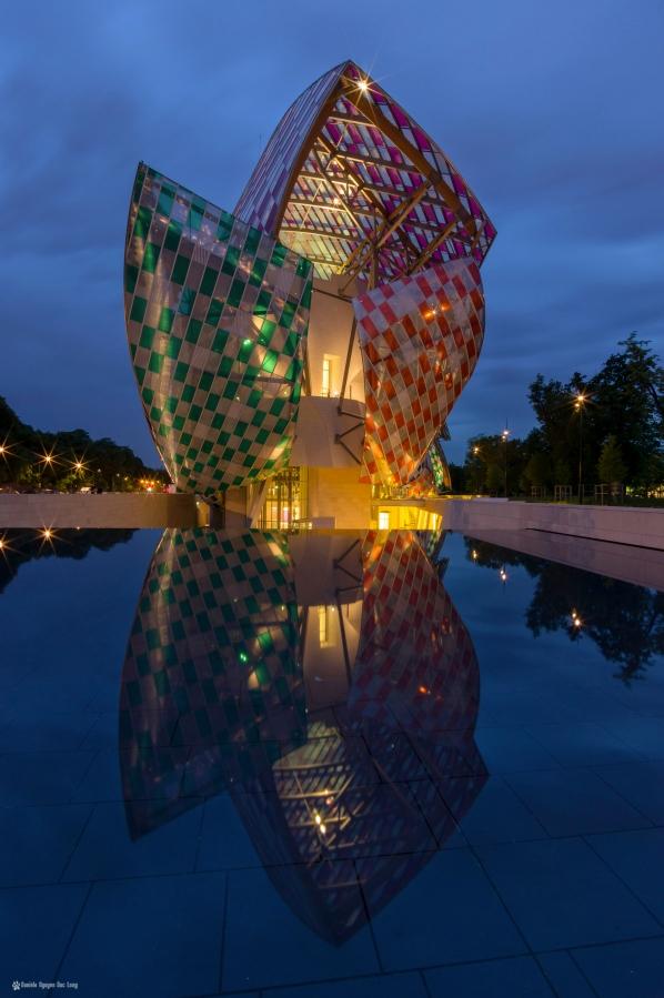 fondation Vuitton l'heure bleue reflet bassin , l'Observatoire de la lumière, Daniel Buren, Paris