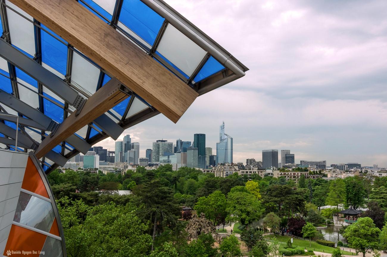 la Defense depuis la Fondation Vuitton , jardin d'acclimatation, Paris, Daniel Buren, l'Observatoire de la Lumière
