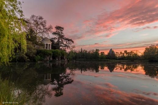 lever soleil sur le temple romantique de l' ile de Reuilly lac daumesnil copie