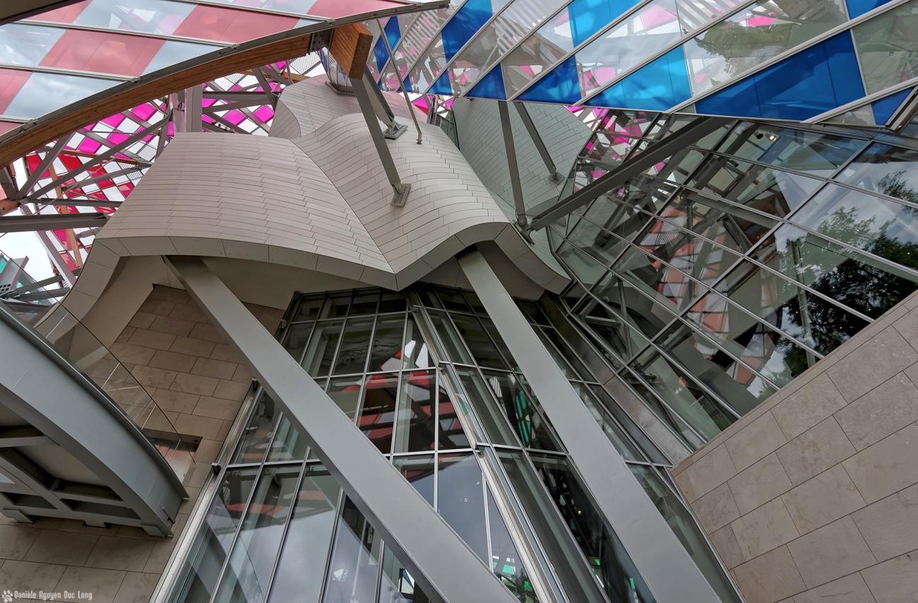 structure et voiles colorées fondation Louis Vuitton, expo temporaire L'Observatoire de la Lumière, Daniel Buren