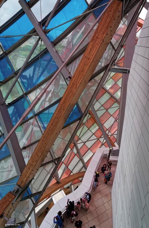 voiles couleurs et coursive Fondation Louis Vuitton, voiles colorées , Fondation Louis Vuitton, structure et voiles colorées fondation Louis Vuitton, expo temporaire L'Observatoire de la Lumière, Daniel Buren