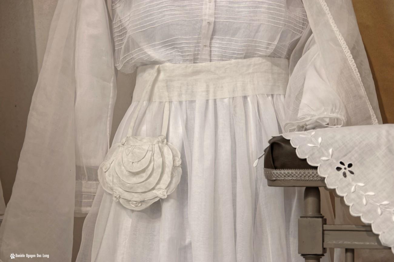 aumonière fleur et prie dieu, bretagne, Guissény, Finistère, exposition costumes communion solennelle,