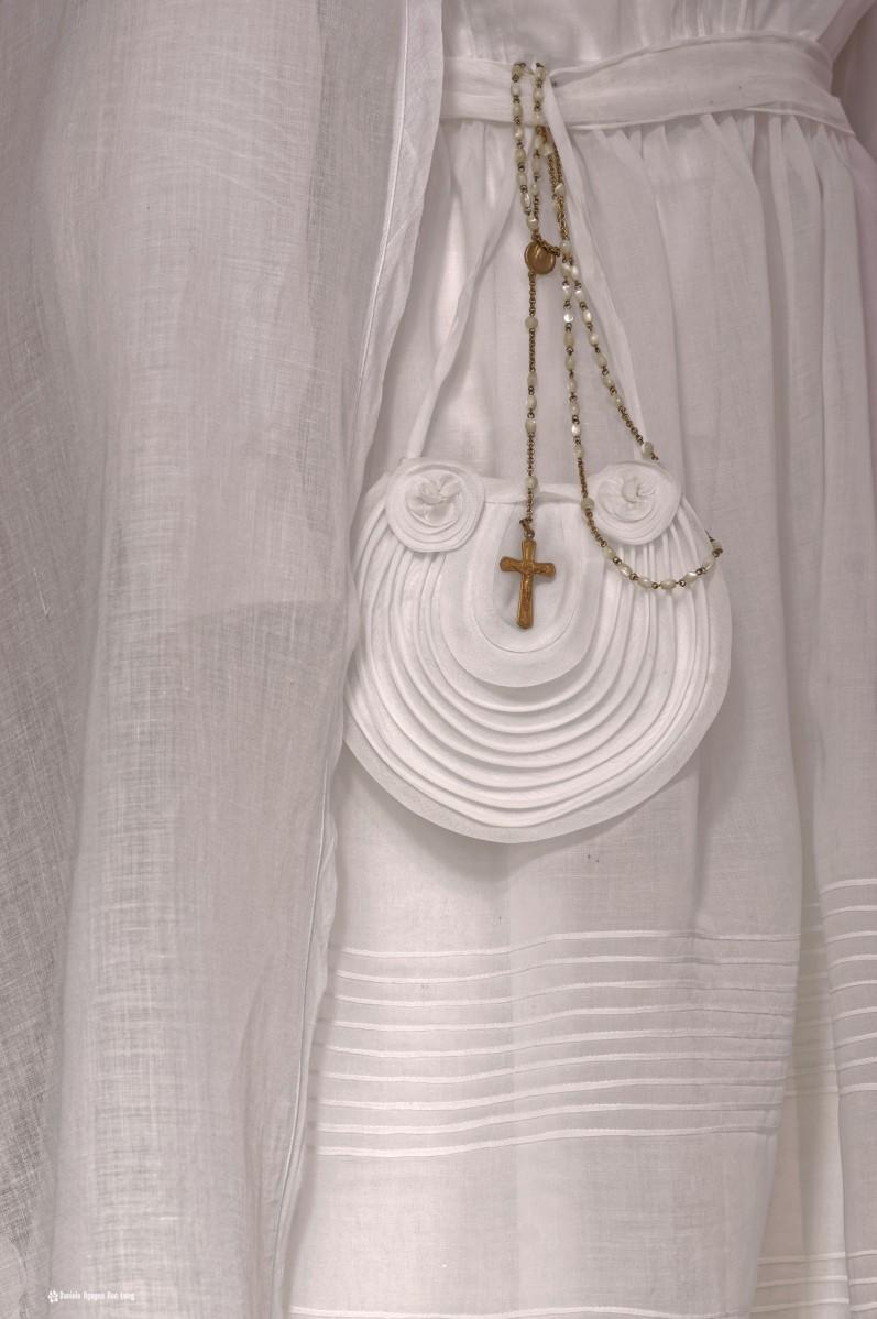 aumonière ronde et croix or , bretagne, Guissény, Finistère, exposition costumes communion solennelle,