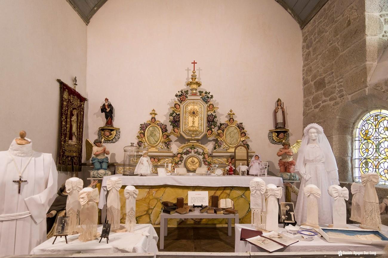 autel chapelle robes communions Guissén, Guissény, Finistère, exposition costumes communion solennelle,