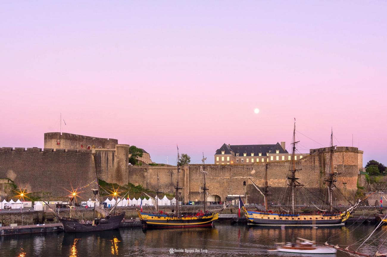 Brest 2016 la penfeld et le chateau à l'heure rose , Brest 2016 , Fête Maritime de Brest 2016, Bretagne, Finistère, Hermione