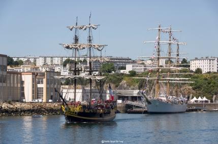 Brest 2016 l'Hermione à la sortie de la Penfeld copie