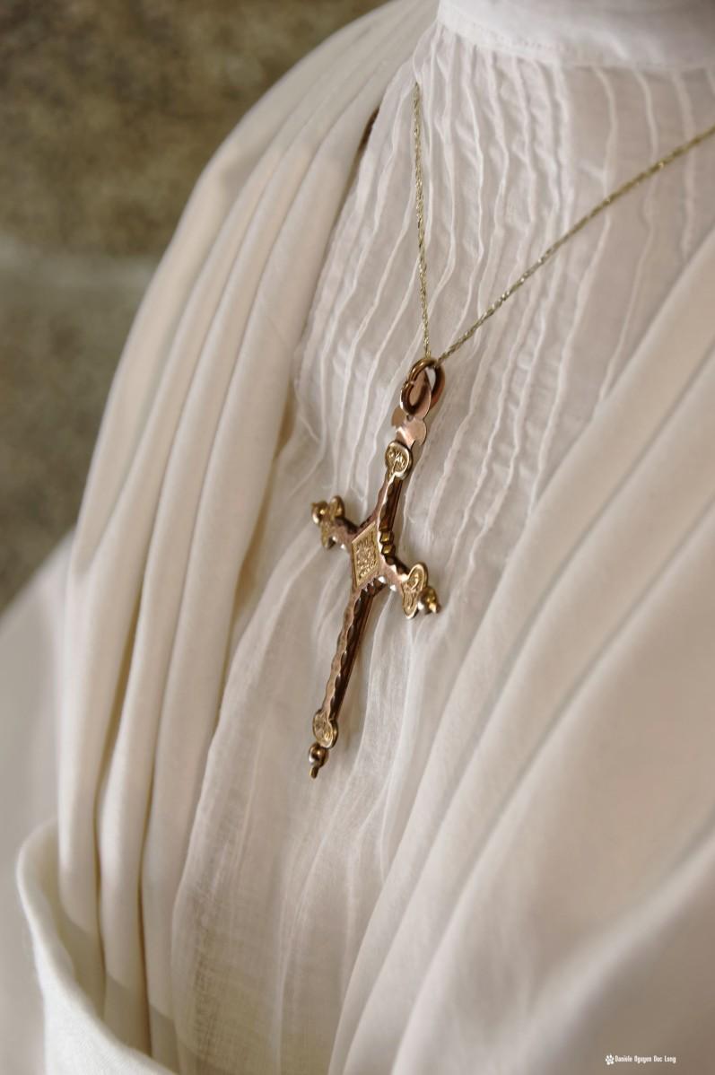 buste robe et croix, bretagne, Guissény, Finistère, exposition costumes communion solennelle,