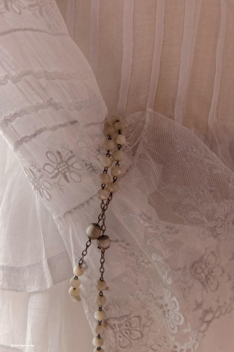 chapelet sur manche dentelle robe communion, Guissény, Finistère, exposition costumes communion solennelle,