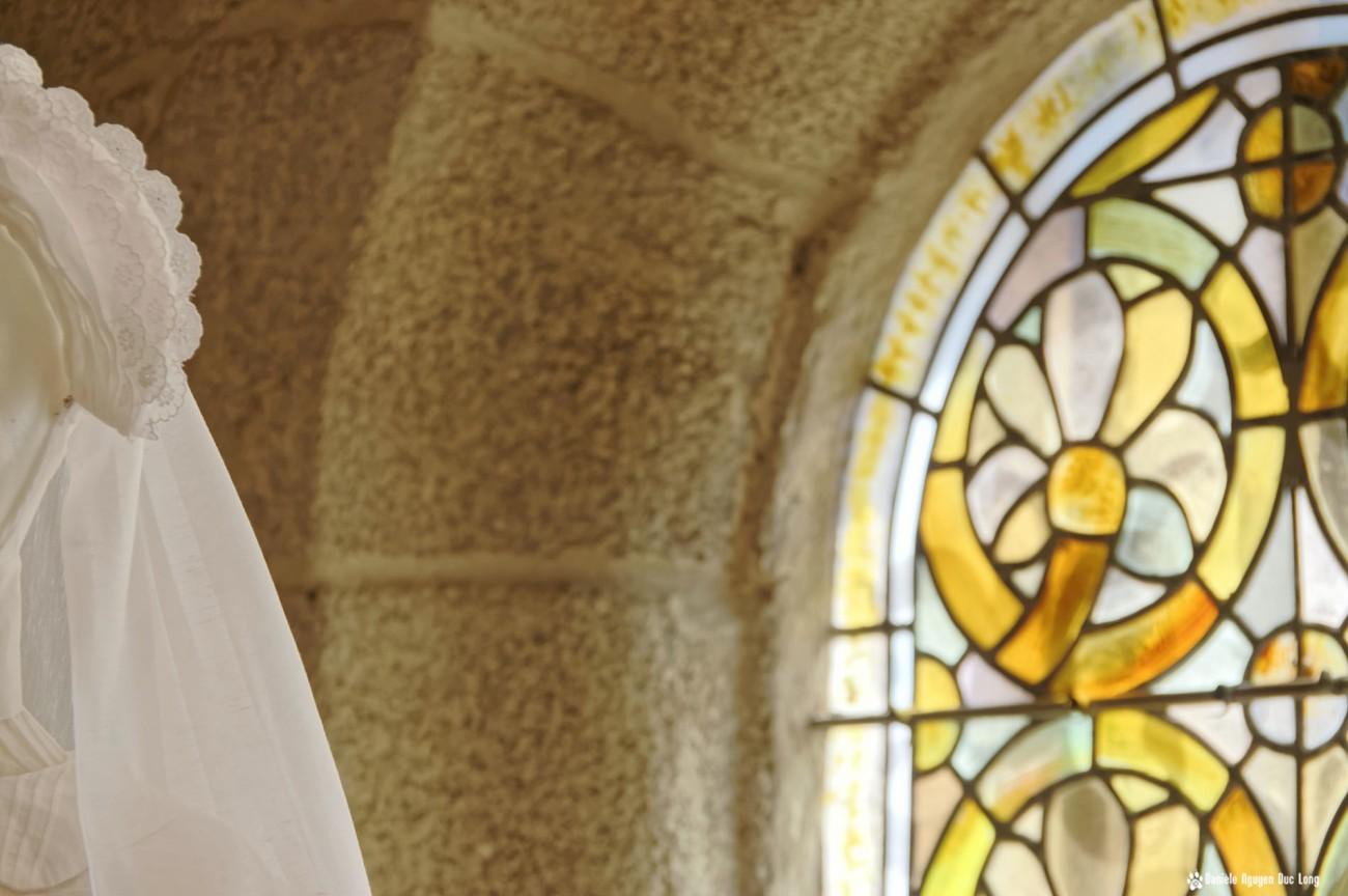 coiffe robe communion choeur vitraux, Guissény, Finistère, exposition costumes communion solennelle,