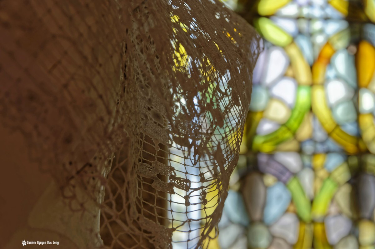 cornette dentelle coiffe et vitraux, Guissény, Finistère, exposition costumes communion solennelle,