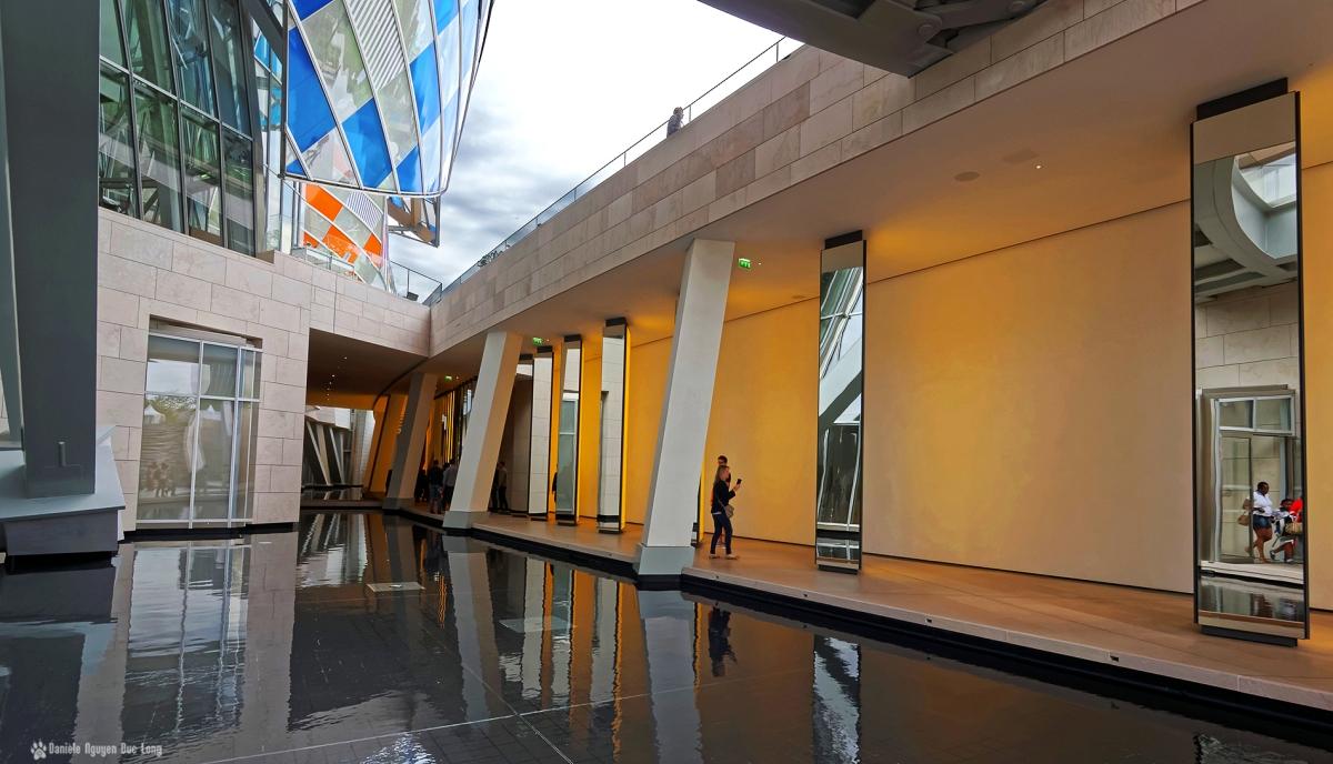 couloir miroirs jaunes et reflets bassin Fondation Louis Vuitton, Olafur Eliasson, Inside the horizon, 2014. , Paris, Fondation Vuitton