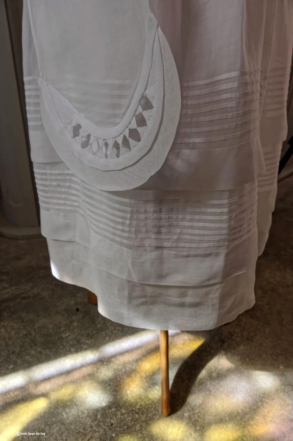 détail ceinture robe communion et reflet vitraux , Guissény, Finistère, exposition costumes communion solennelle,