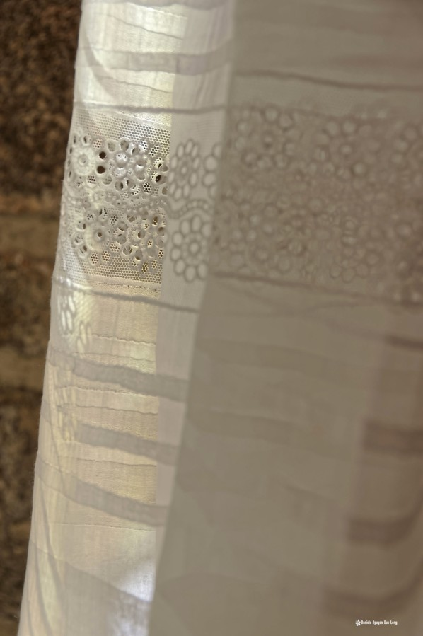 détail dentelle jupe communiion, Guissény, Finistère, exposition costumes communion solennelle,