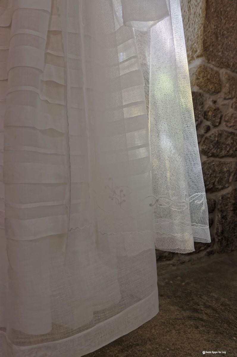 détail robe en contre jour communion, Guissény, Finistère, exposition costumes communion solennelle,