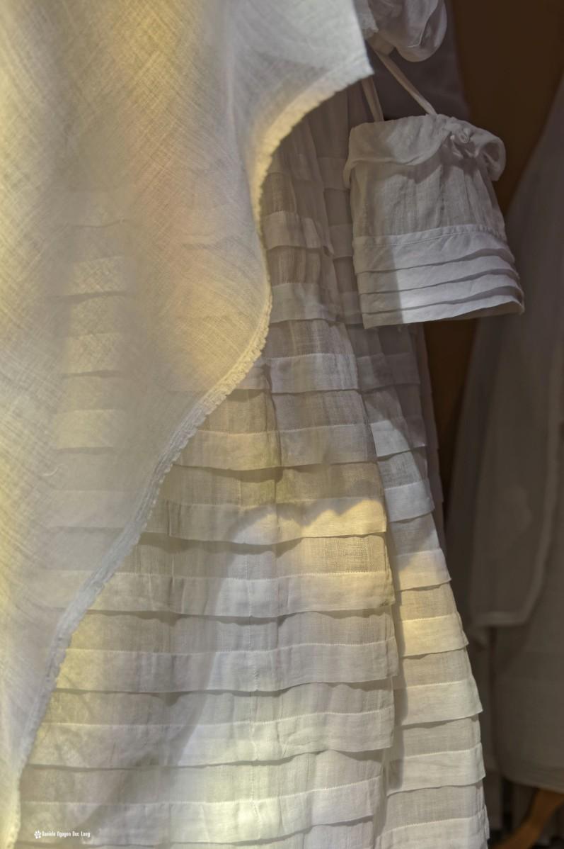 détail robe plis et aumonière robe communion, Guissény, Finistère, exposition costumes communion solennelle,