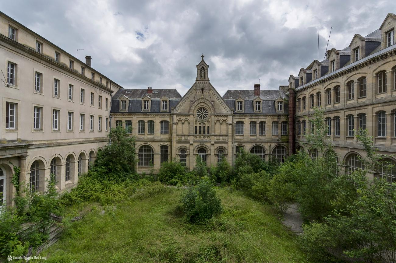 Hôpital plaza façade église extérieure cour intérieure, urbex, exploration urbaine
