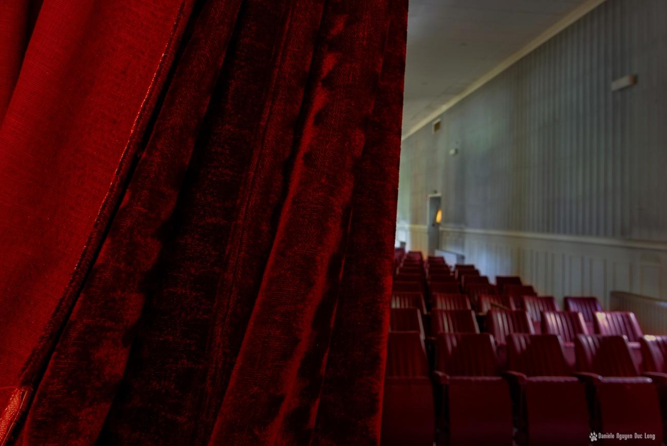 hôpital plaza salle du théâtre et projection rideau, urbex, exploration urabaine, hôpital Plaza