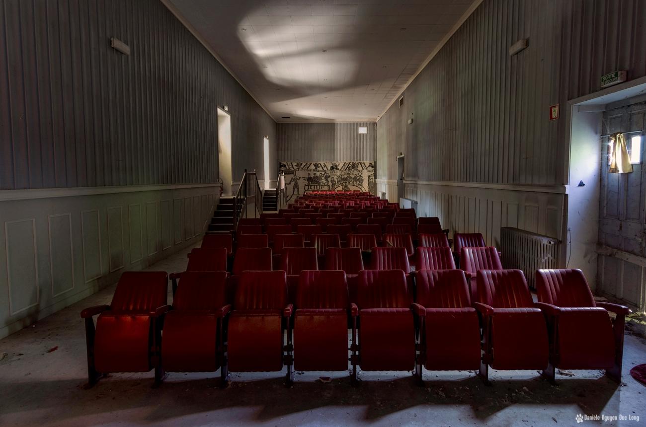 hôpital plaza salle du théâtre et projection prise depuis la scène, hôpital plaza salle du théâtre et projection, urbex, exploration urabaine, hôpital Plaza