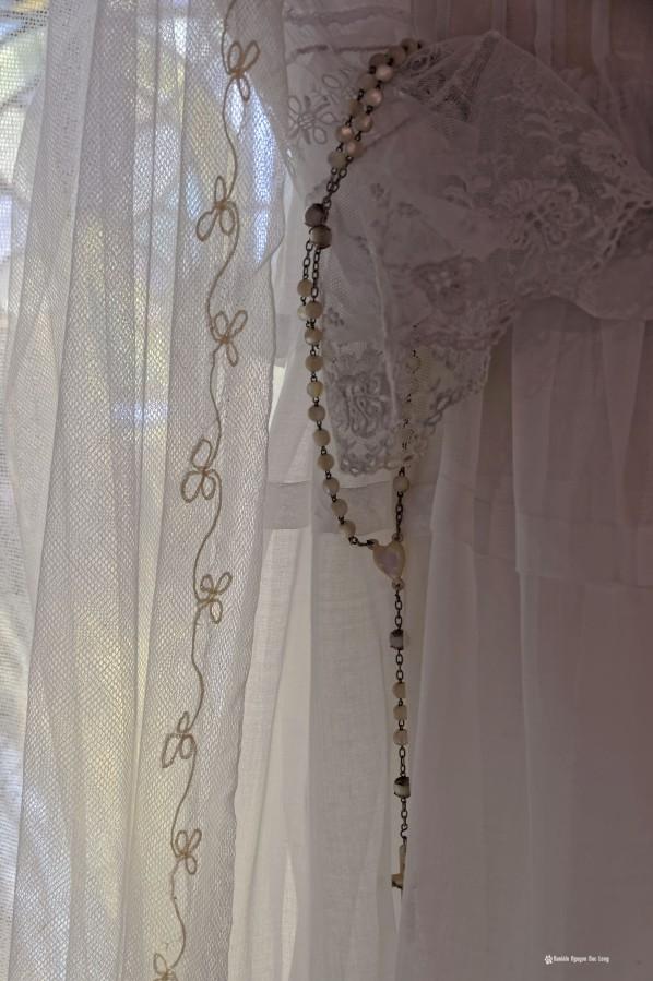 manche dentelle et chapelet, Guissény, Finistère, exposition costumes communion solennelle,