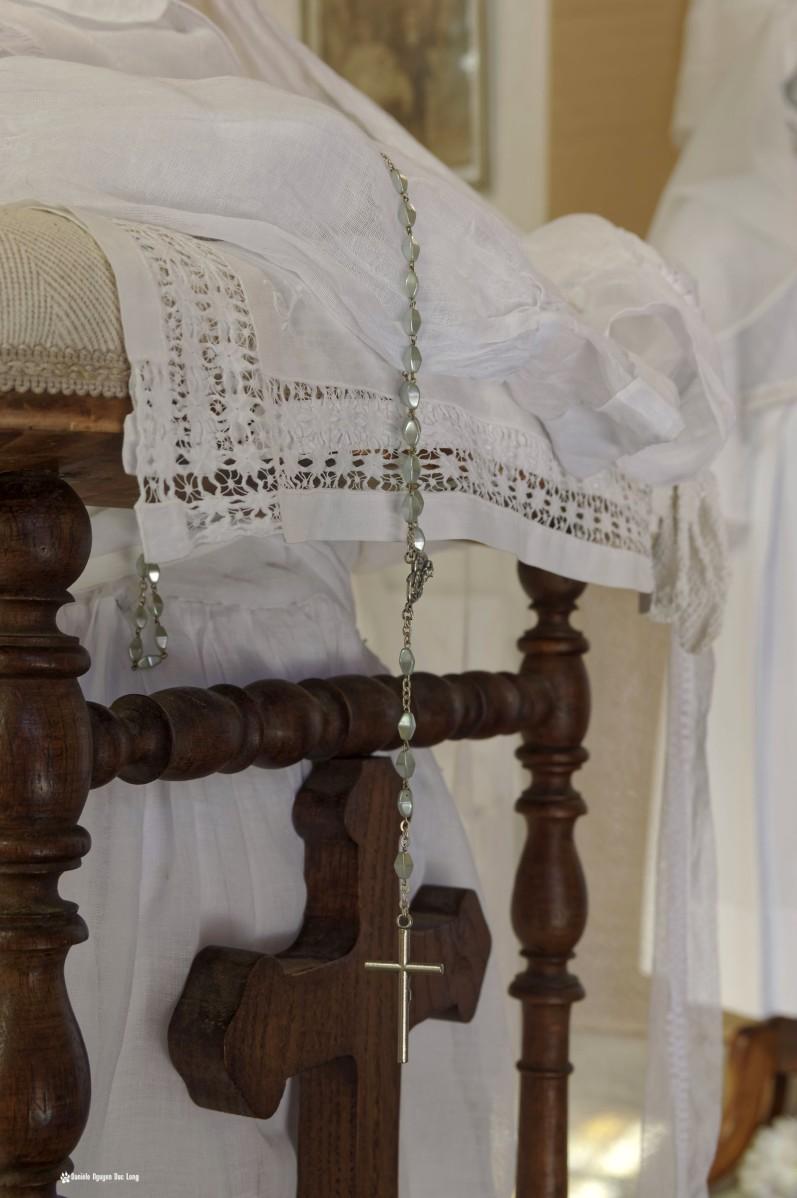 prie dieu chapelet et dentelle, Guissény, Finistère, exposition costumes communion solennelle,
