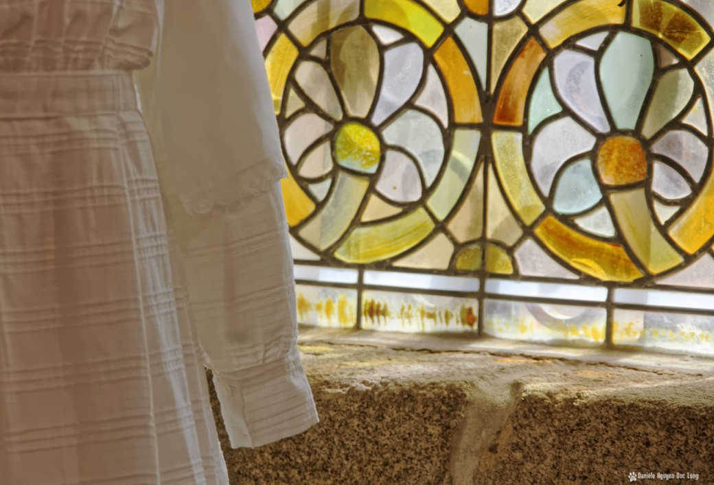 robe communion choeur et vitraux, Guissény, Finistère, exposition costumes communion solennelle,