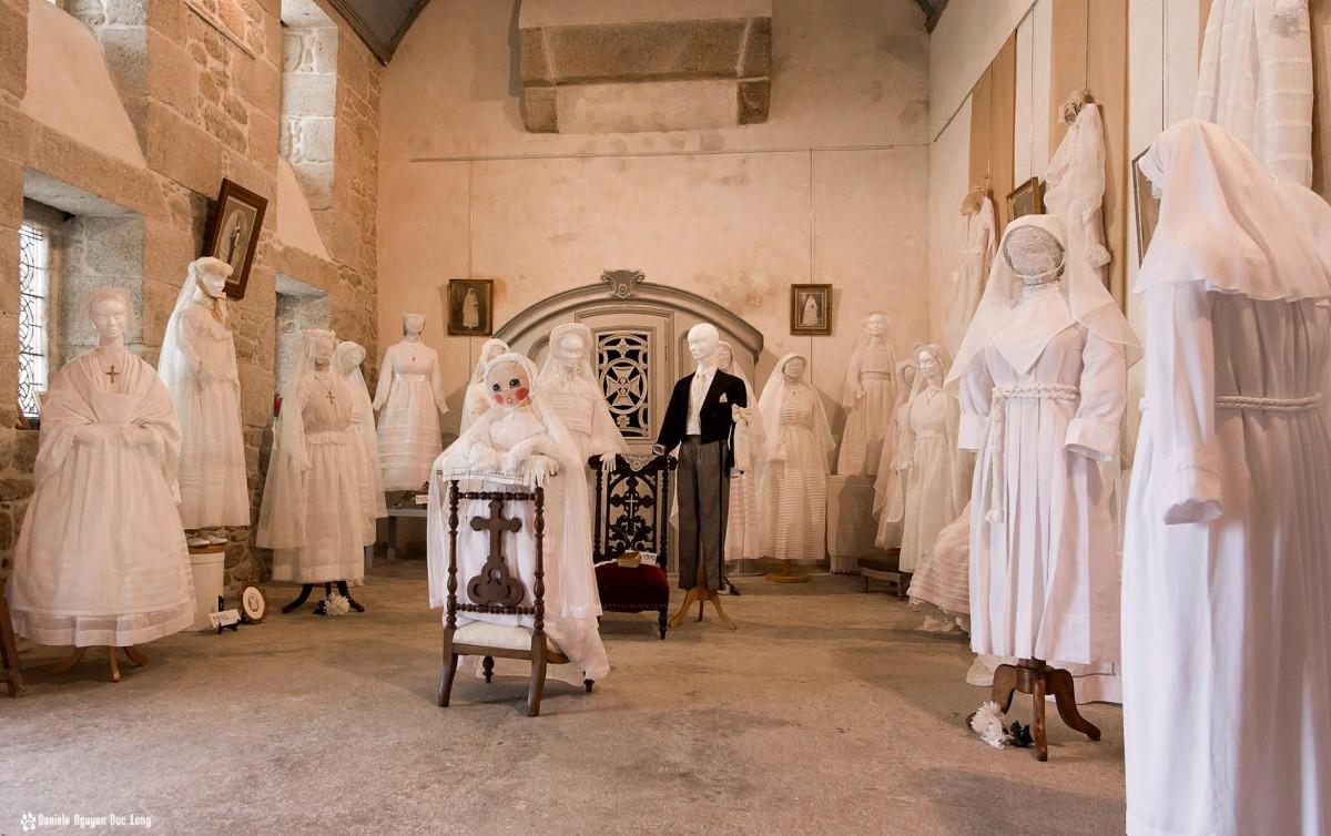 vue d'ensemble robes communions chapelle Guissény, bretagne, Guissény, Finistère, exposition costumes communion solennelle,