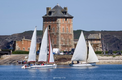 deux voiliers et tour Vauban Camaret copie