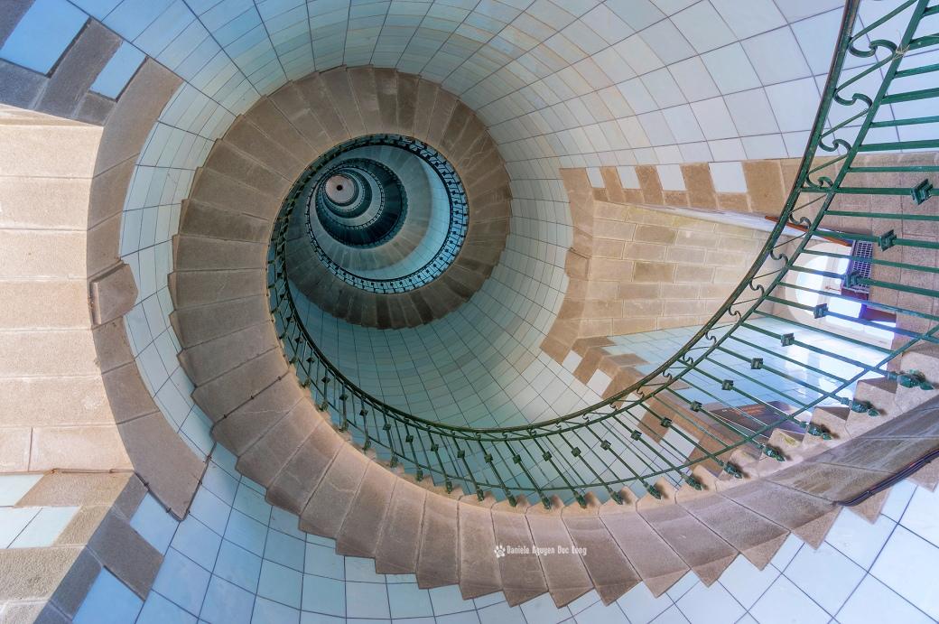escalier phare de l'Ile Vierge, escalier en plaque d'opaline bleu azur du phare de l'Ile Vierge, Lilia, Plouguerneau, Finistère, Bretagne