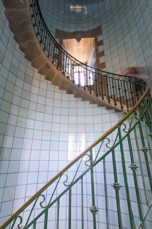 montée escalier phare de l'île Vierge escalier phare de l'Ile Vierge, escalier en plaque d'opaline bleu azur du phare de l'Ile Vierge, Lilia, Plouguerneau, Finistère, Bretagne