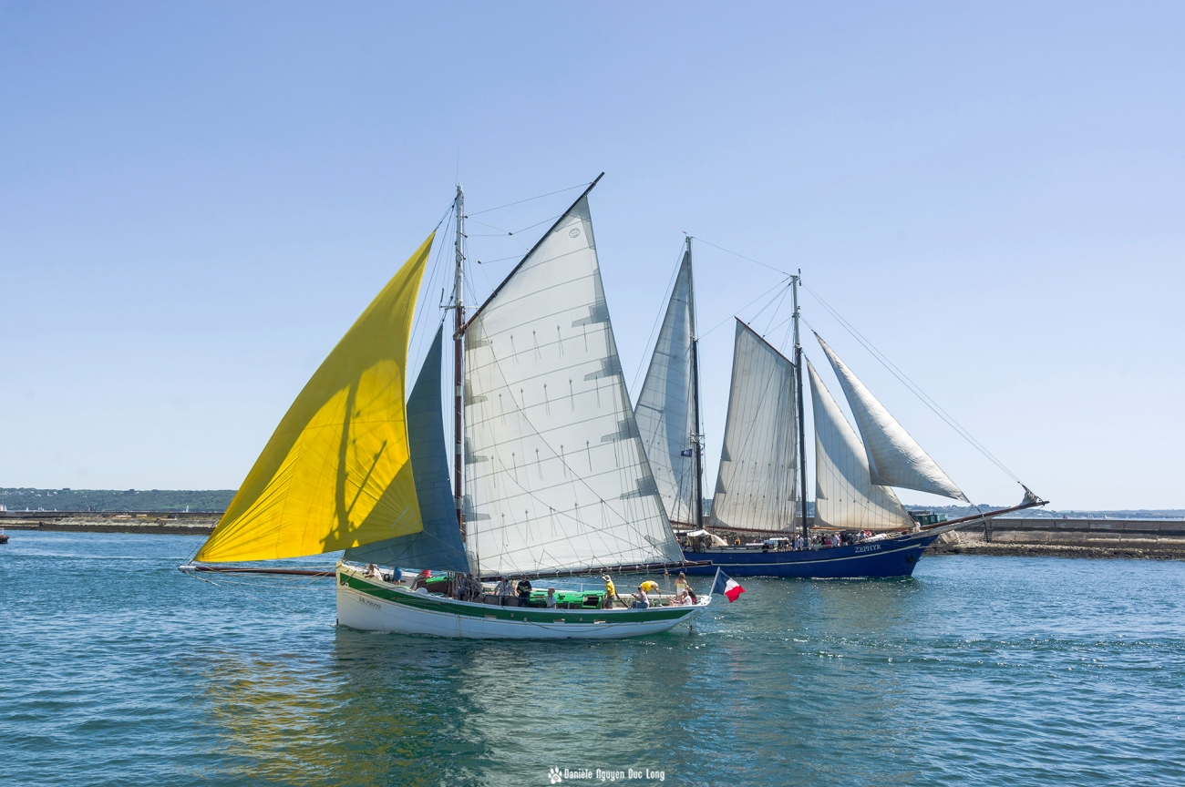 brest-2016-croisement-deux-voiliers-voile-jaune-,fêtes maritimes de Brest, Brest, Finistère, Bretagne