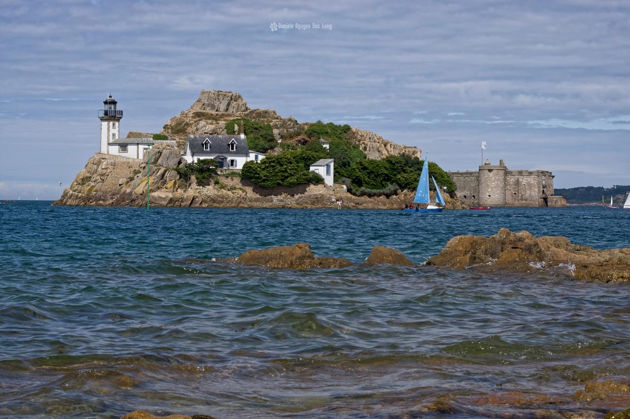 île Louët voilier bleu et château du taureau , PENTAX HD-DA 55-300 mm f/4-5.8 ED WR,, baie de Morlaix, Bretagne, Finistère, île Louët