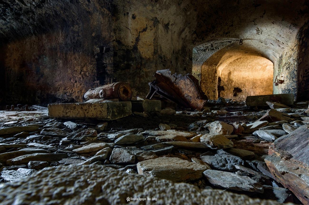 canon-au-fort-des-capucins, rampe-canon-fort-des-capucins-et-voilier, à l'intérieur du fort des Capucins, Roscanvel, îlot du Capucin, Bretagne, Finistère