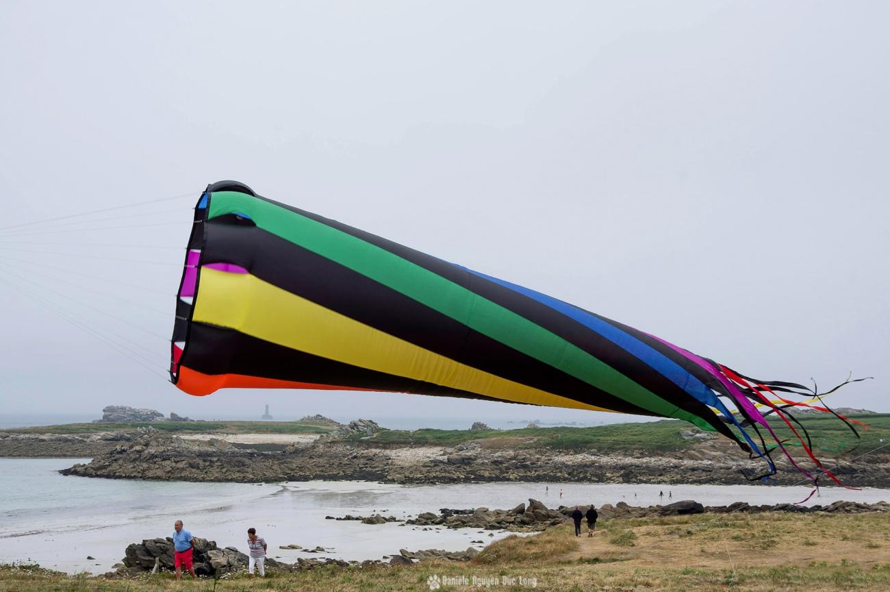 cerfs-volants-a-pospoder-1cone-et-vue-sur-le-four, festival du vent et du cerf-volant à Pospoder, Pospoder, Bretagne, Finistère
