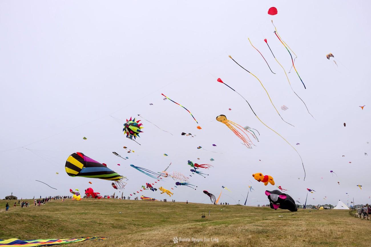 cerfs-volants-a-pospoder-vue-densemble-, festival du vent et du cerf-volant à Pospoder, Pospoder, Bretgne, Finistère