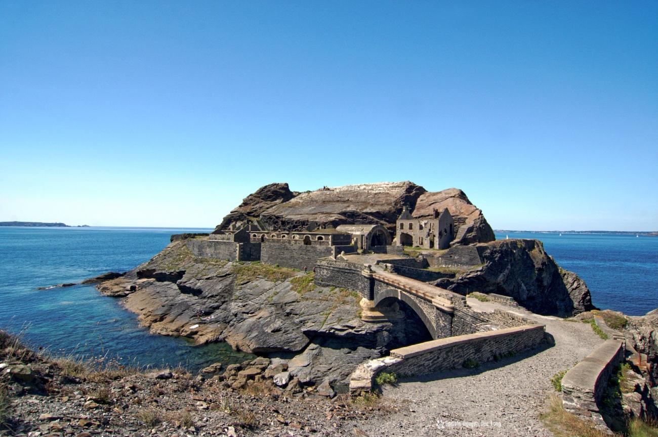 en-arrivant-au-fort-des-capucins, pont-pave-du-fort-des-capucins-, Roscanvel, îlot du Capucin, Bretagne, Finistère