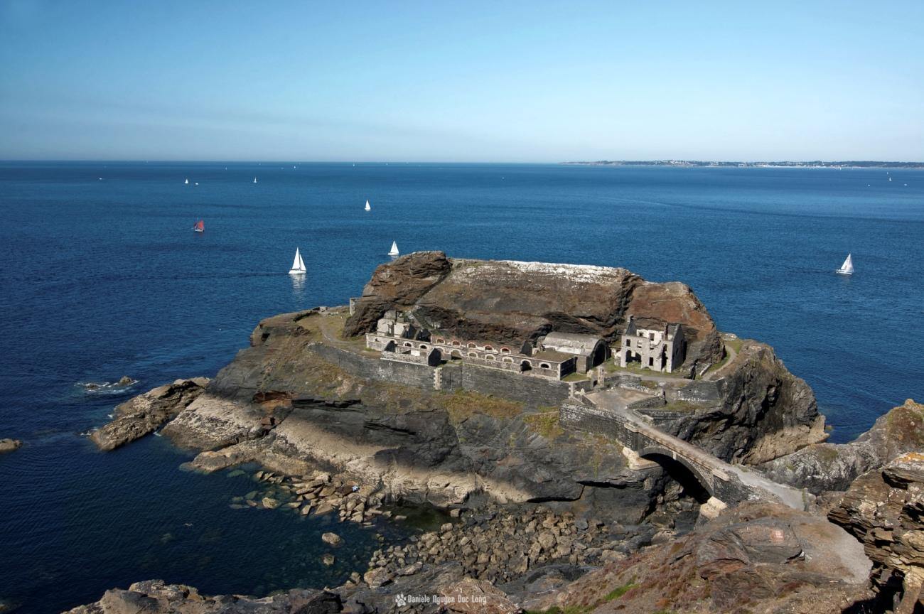 le-fort-des-capucins-vue-depuis-le-haut-de-la-falaise, Roscanvel, îlot du Capucin, Bretagne, Finistère
