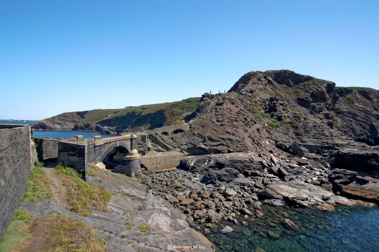 le-pont-qui-enambe-la-mer-au-fort-des-capucins, Roscanvel, îlot du Capucin, Bretagne, Finistère