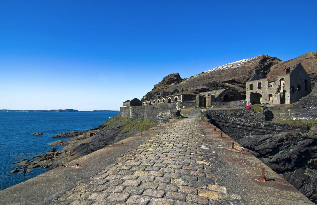 pont-pave-du-fort-des-capucins-, le-fort-des-capucins-vue-depuis-le-haut-de-la-falaise, Roscanvel, îlot du Capucin, Bretagne, Finistère